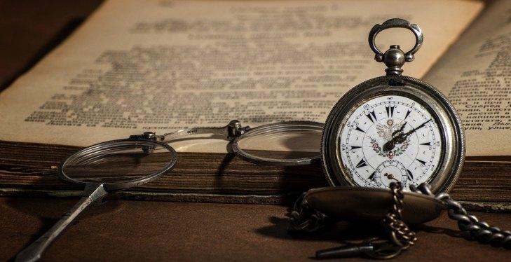 Stara knjiga sa kompasom