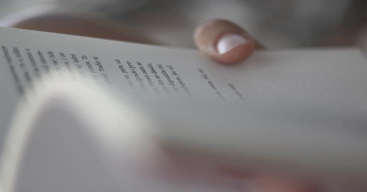 Otvorena knjiga u ruci