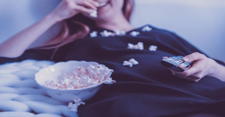 Devojka jede kokice