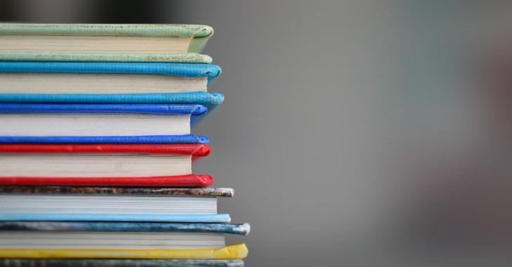 Knjige koje stoje poređane jedna na drugoj