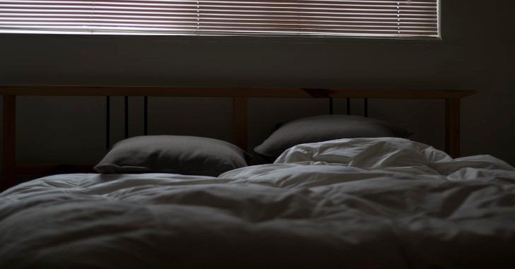 Spavaći krevet za dvoje sa posteljinom