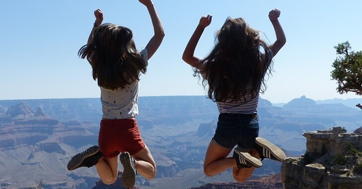Devojke zajedno skaču u vis