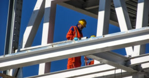 Radnik na građevinskoj velikoj skeli