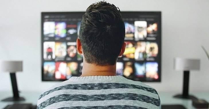 Momak gleda televizor