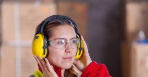 Žena sa zaštitnom opremom za rad
