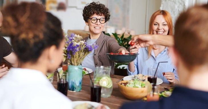 Porodica koja ruča za stolom