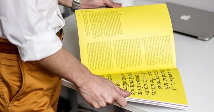 Čovek koji lista žutu knjigu