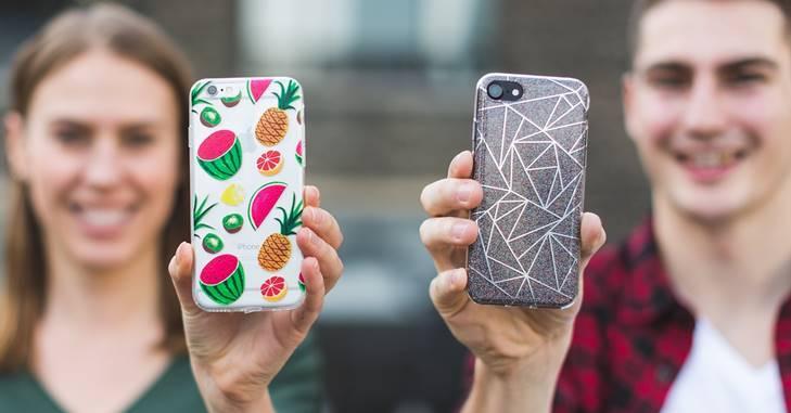 Momak i devojka pokazuju maske na njihovim telefonima