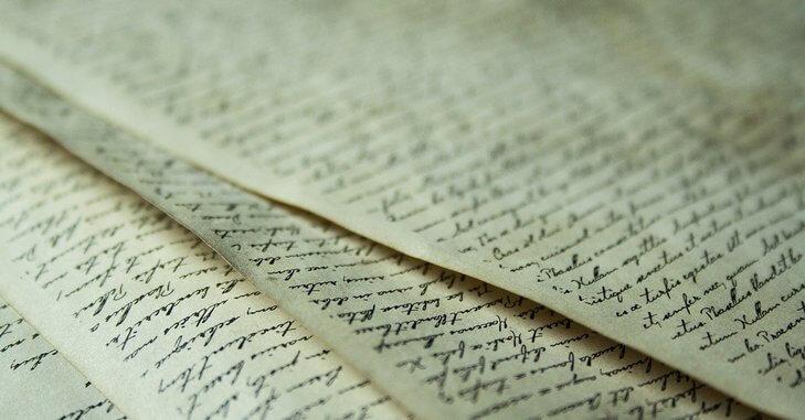 Stari listovi papira na kojima se nalazi ručno pisan tekst