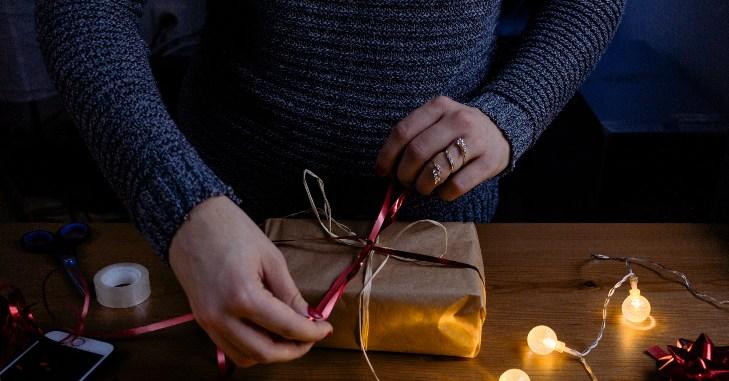 Otvaranje zapakovanog poklona