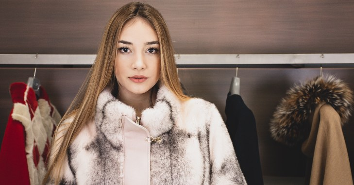 Devojka koja nosi kaput sa krznom