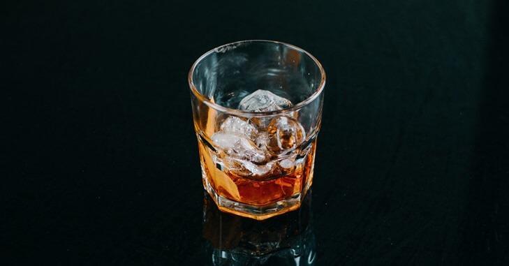 Čaša viskija sa ledom