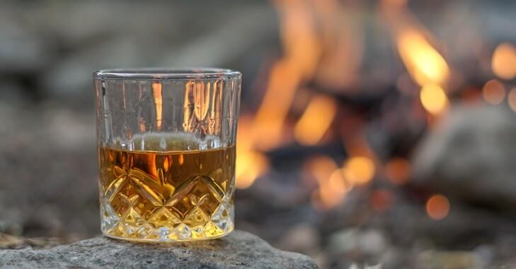 Čaša viskija na kamenu