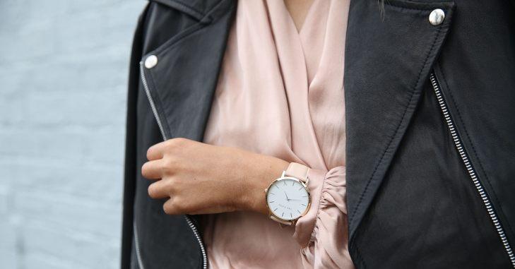 Devojka sa roze satom na ruci