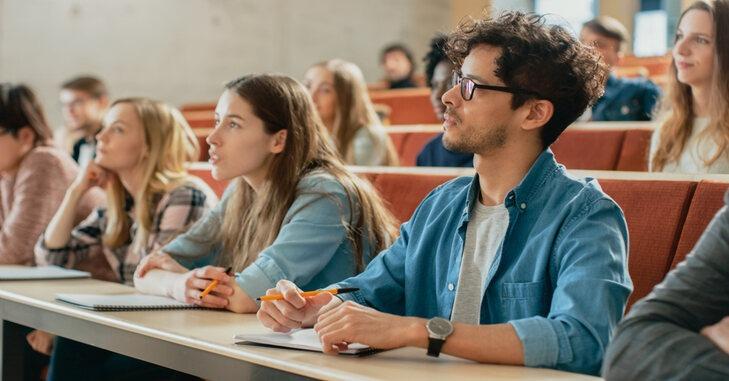 studenti na predavanju u amfiteatru fakulteta