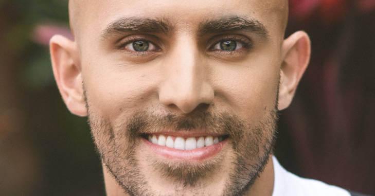 Portret nasmejanog muškarca svetlih očiju