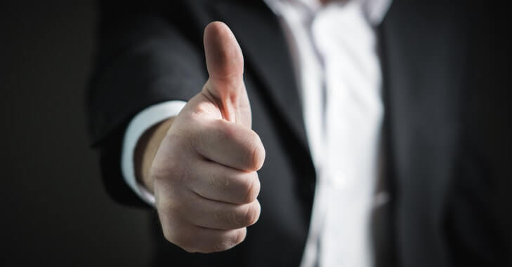 muška šaka sa podignutim palcem