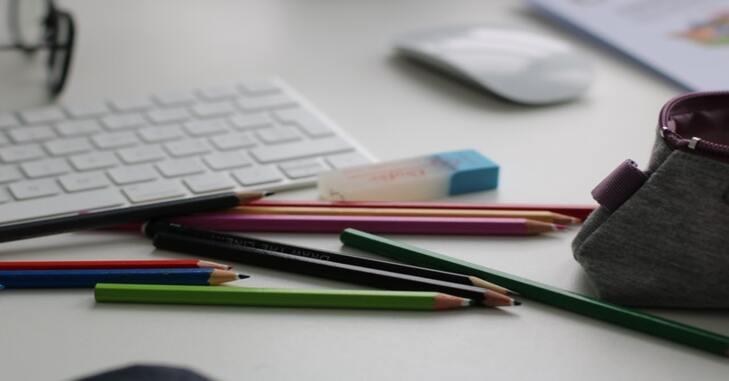 prikaz pribora za školu na radnom stolu