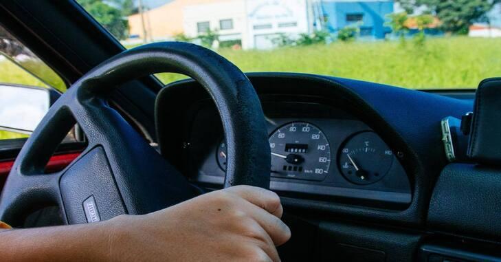 prikaz ruke na volanu