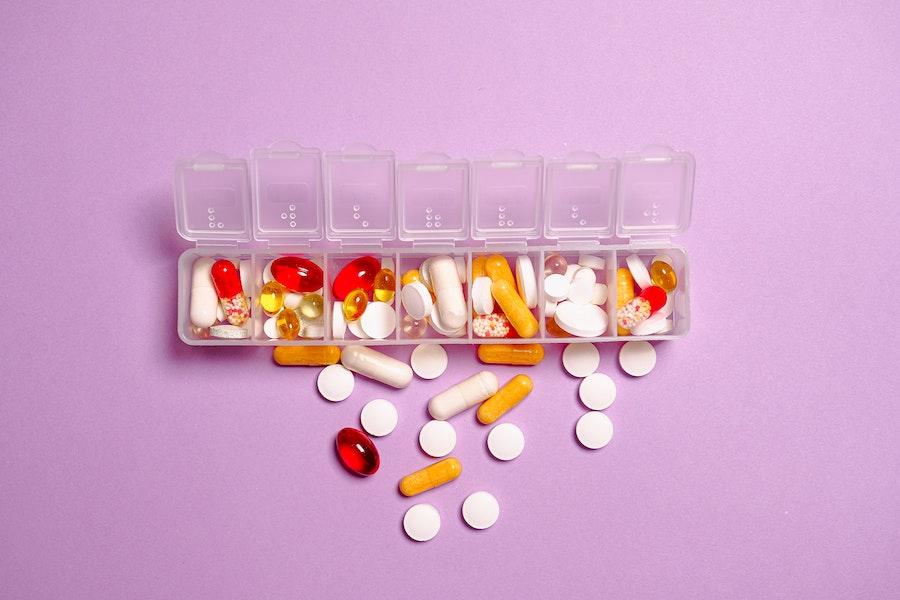 prikaz pilula u kutijici za lekove
