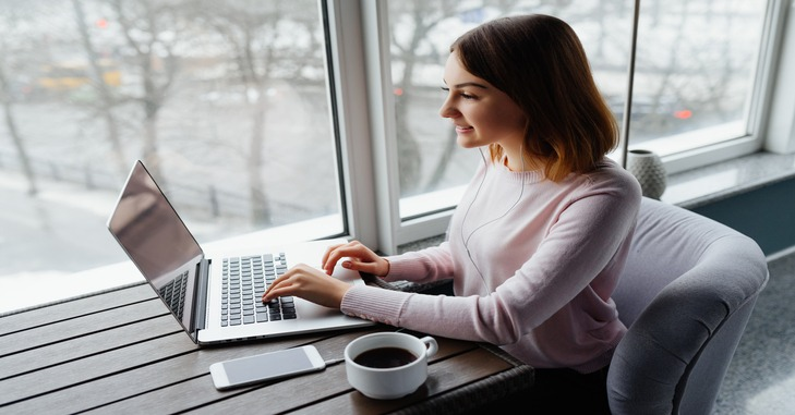devojka sa laptopom